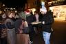 TK590 - AZC deelt hapjes uit op het plein voor de kerk